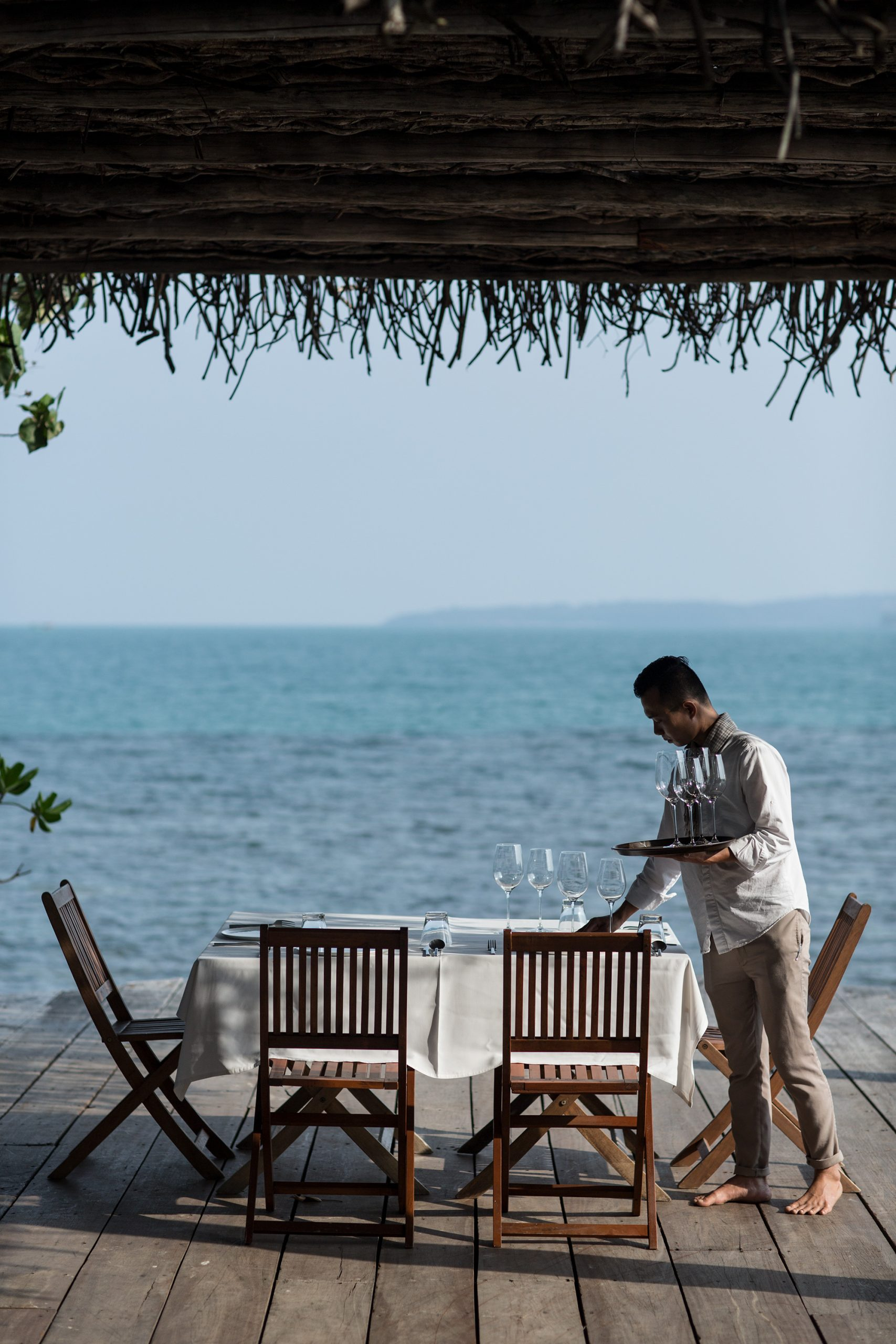 The Khmer Cuisine – Restaurant, Tisch und Kellner